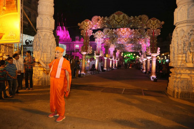 Acharya Swamishree Maharaj at the gates of Maninagar Mandir