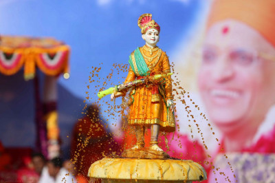 Shree Ghanshyam Maharaj gives darshan under a fountain