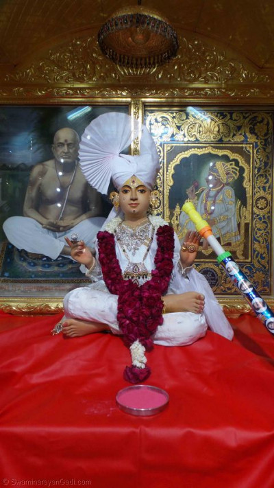 Shree Sahajanand Swami Maharaj gives His divine darshan