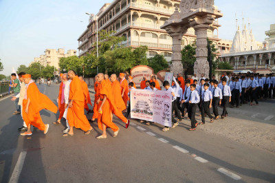 Acharya Swamishree Maharaj commences the Shanti Kuch - Peace Walk from Maninagar Mandir