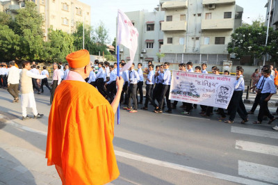 Acharya Swamishree Maharaj gives His blessings to the participants in the Peace Walk