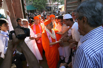 Acharya Swamishree Maharaj is greeted by community leaders at Bandhutva Smarak