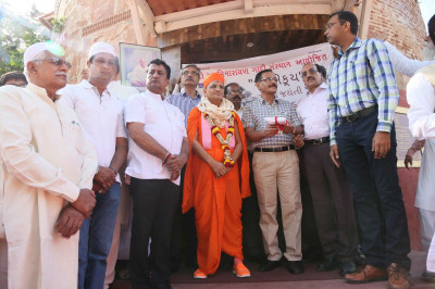 Acharya Swamishree Maharaj with community leaders