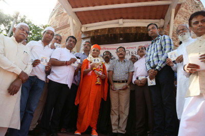 Acharya Swamishree Maharaj inaugurates the ebook 'Vasant-Rajab Smara'