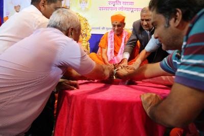 Sants and disciples perform panchamrut snan to Acharya Swamishree's lotus feet