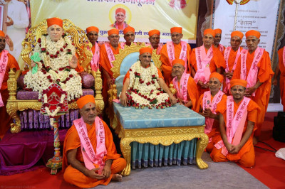Acharya Swamishree gives darshan with Sants who stayed to look after Maninagardham