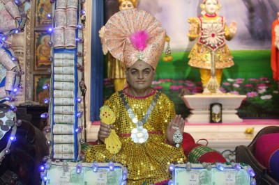 Mumbai Mandir - Money Hindola Darshan