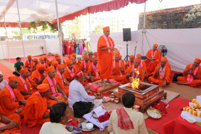Acharya Swamishree performs aarti to the Murtis