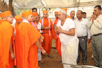 Acharya Swamishree gives darshan to the helpers