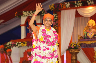 Divine darshan of Acharya Swamishree wearing a flower vagha
