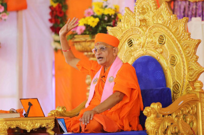 Divine darshan of Acharya Swamishree during His ashirwad