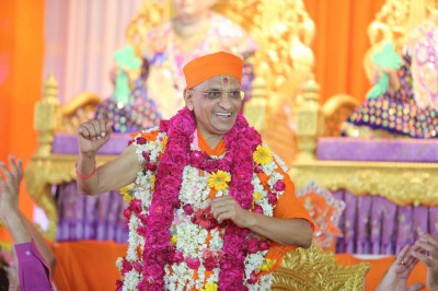 Acharya Swamishree dances as disciples cheer