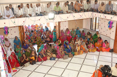 Santsa and disciples gathered for the murti pratishtha ceremony