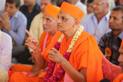 Acharya Swamishree continues the installation ceremony