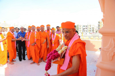 Sants and disciples perform aarti to Acharya Swamishree
