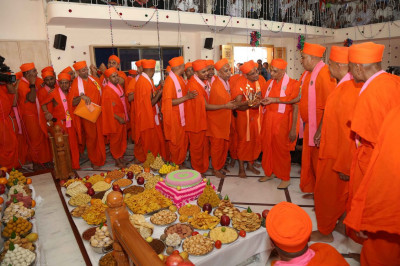 Acharya Swamishree and sants performs the annakut aarti
