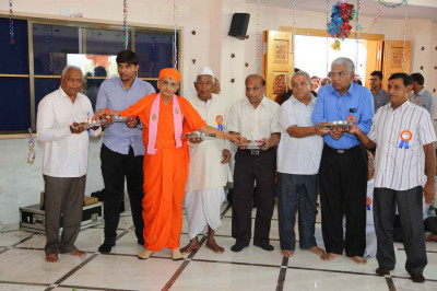 Acharya Swamishree and disciples perform aarti