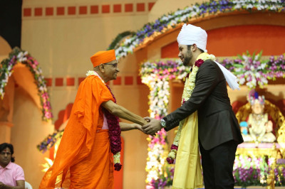 His Divine Holiness Acharya Swamishree blesses Jeffrey Iqbal