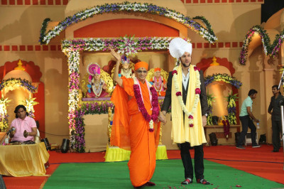 His Divine Holiness Acharya Swamishree blesses the world famous singer Jeffrey Iqbal
