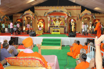 Divine darshan of Acharya Swamishree, Sants and disciples enjoying the evening convert of devotional songs