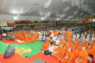 His Divine Holiness Acharya Swamishree, Sants, thousands of disciples, honoured guests and local residents enjoy the evening concert of devotional songs