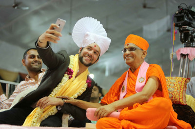 Jeffrey Iqbal takes a selfie with His Divine Holiness Acharya Swamishree