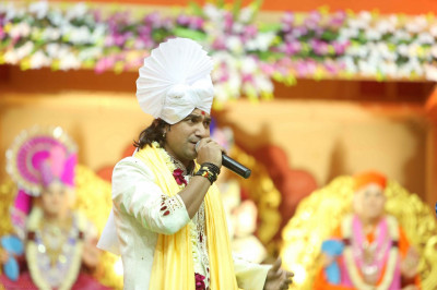 Shri Vikram Thakor and Shri Bhikudan Gadvi sing devotional songs to please the Lord