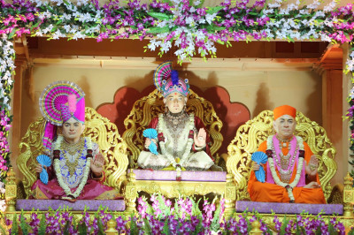 Divine darshan of Lord Shree Swaminarayan, Jeevanpran Shree Abji Bapashree and Jeevanpran Shree Muktajeevan Swamibapa seated on stage during the concert