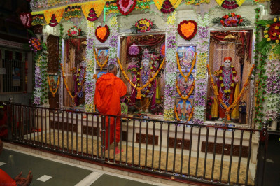 His Diivne Holiness Acharya Swamishree performs mangla aarti at Shree Swaminarayan Mandir Kheda