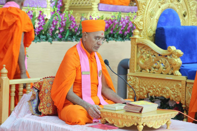 Sants begin the recital of the Jeevanpran Shree Abji Bapashree ni vato scripture