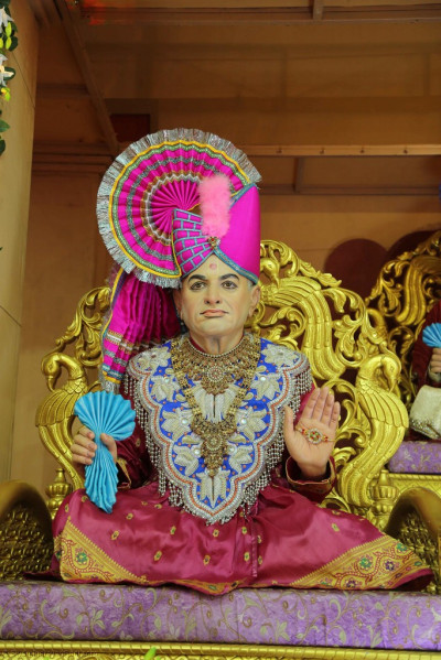 Divine darshan of Jeevanpran Shree Abji Bapashree seated on Shree Swaminarayan Gadi on the charming village style stage