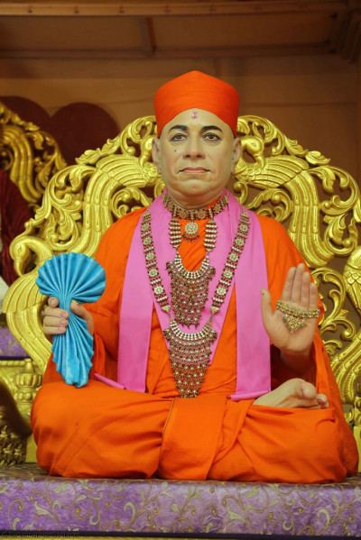 Divine darshan of Jeevanpran Shree Muktajeevan Swamibapa seated on Shree Swaminarayan Gadi on the charming village style stage