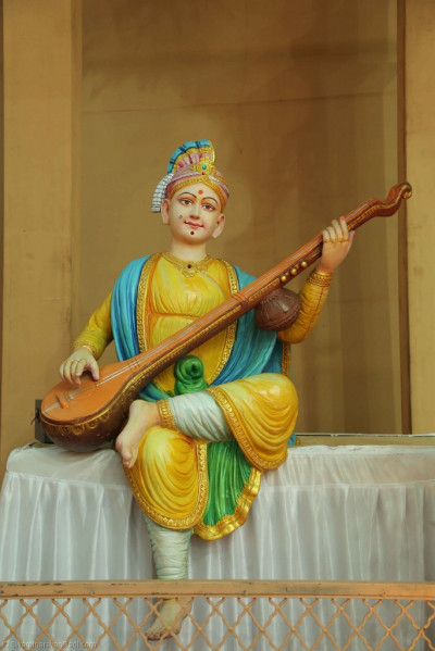 Divine darshan of the Lord playing the melodious sitar