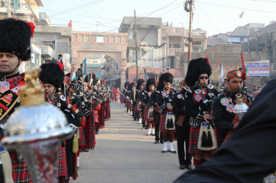 Shree Muktajeevan Pipe Band London and H. H. Swamibapa Pipe Band Kenya perform lining the streets of Kheda