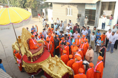 Divine darshan of Acharya Swamishree seated upon the golden chariot