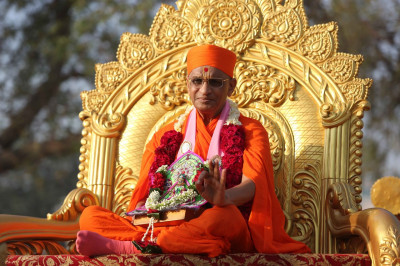 Divine darshan of Shree Harikrishna Maharaj and His Divine Holiness Acharya Swamishree seated upon the divine golden chariot