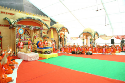All sing and hail the divine names of Lord Shree Swamianrayan as Acharya Swamishree begins His divine ashirwad