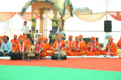 Talented Sants skillfully play traditional and modern musical instruments accompanying devotional songs during Acharya Swamishree's divine blessings