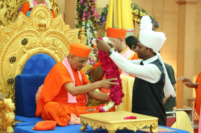 Honoured guests garland His Divine Holiness Acharya Swamishree