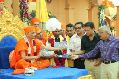 His Divine Holiness Acharya Swamishree officially releases the CD 'Smrutio Swamibapani'