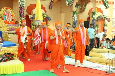 Divine darshan of Acharya Swamishree at the conclusion of the morning assembly