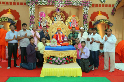 His Divine Holiness Acharya Swamishree blesses disicples