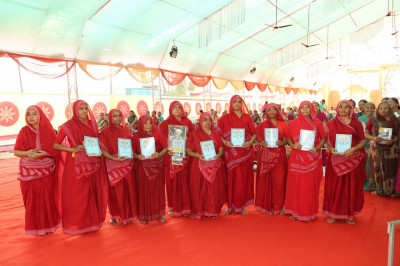 The honourable Sankhya Yogi ladies are presented with an official certificate for travelling many kilometres by foot over the year to Shree Swaminarayan Mandir Kheda