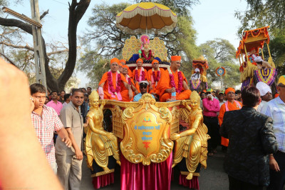 Divine darshan of Lord Shree Swaminarayan seated on a golden chariot with Sants
