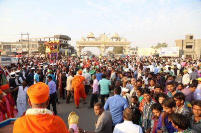 The largest numbers were at the midway point of the parade, at Shree Muktajeevan Pravesh Dwar - a magnificent and grand gateway to the town of Kheda