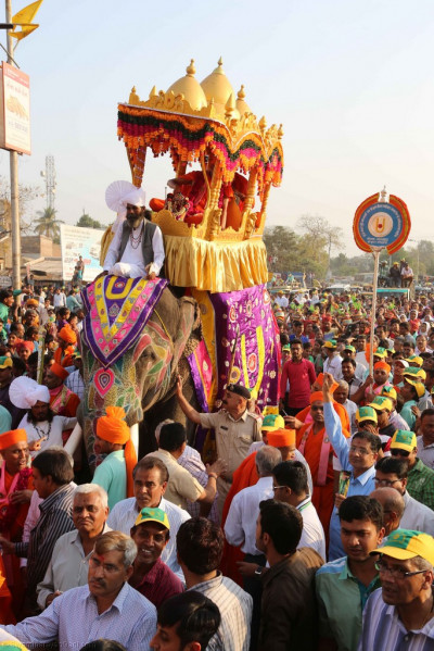 Acharya Swamishree blesses all as sants, disciples and local residents all take part in this parade spreading the values of the Lord: peace, tolerance, brotherhood and unity