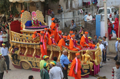 Divine darshan of Lord Shree Swaminarayan seated on the golden chariot