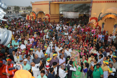 Thousands of disciples and local residents arrive at the festival ground