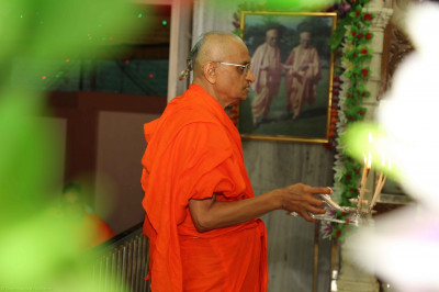 His Divine Holiness Acharya Swamishree performs Sandhya aarti at Shree Swaminarayan Mandir Kheda