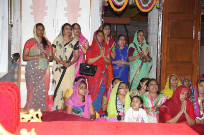 Disciples attend Sandhya aarti